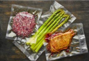 Carnes e aspargos embalados a vácuo